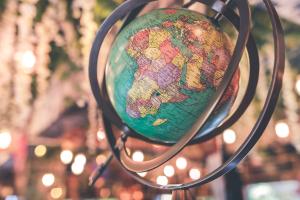 Globen und Weltkarten
