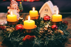 Der Adventskranz mit seinen vier Kerzen ist ein...